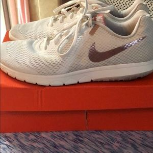 Women's Nike Flex Experience Run 6 SIZE 10.